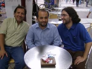 """Agostinelli con los directores de """"La Nave de los Locos"""", Sergio Sánchez y Diego Zúñiga (2008)."""