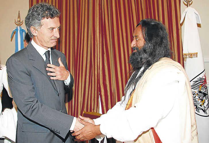 Mauricio Macri firmó un convenio con Sri Sri Ravi Shankar para capacitar docentes en mayo de 2008.